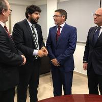 El presidente Fernando López Miras , junto al presidente de los Gestores, José Pérez de las Bacas , acompañado por el consejero Juan Hernández , y el vicepresidente del colegio de Gestores, Félix Cayuela.